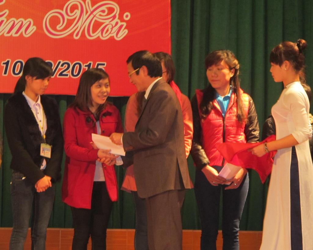 Ban giám hiệu Trường ĐH Vinh trao quà Tết cho các em sinh viên.