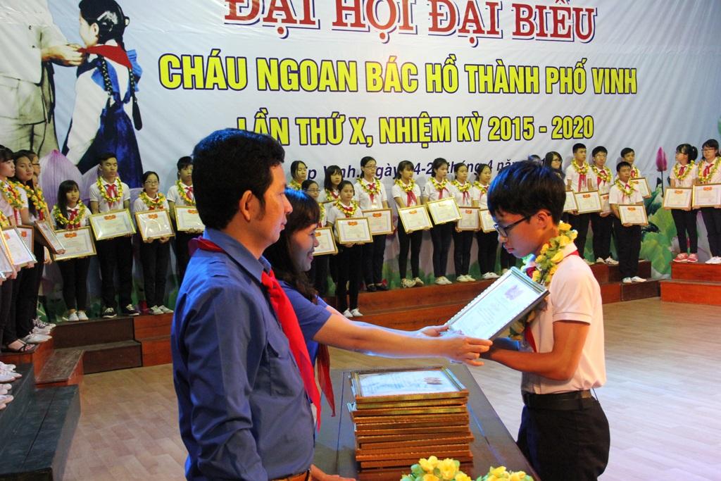 Đại diện Thành đoàn Thành phố Vinh tặng bằng khen cho các đội viên.