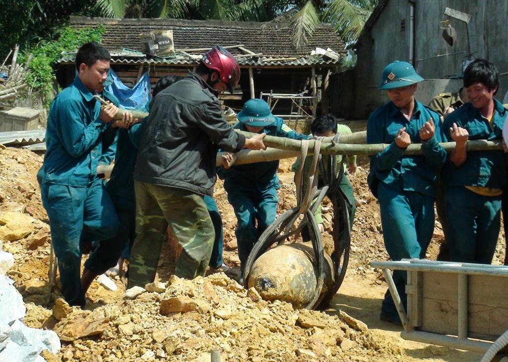 Quả bom nặng gần 500kg được người dân phát hiện khi đang đào móng làm nhà.