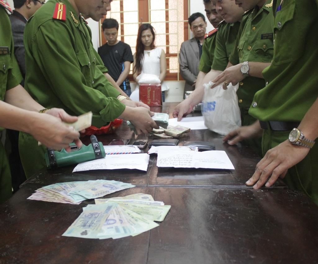 Tang vật là 1,2kg ma túy đá và hơn 420 triệu đồng tiền mặt thu giữ của các đối tượng.