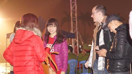 Cuộc trò chuyện giữa anh và nhóm bạn trẻ về Tết Việt Nam càng lúc càng sôi nổi