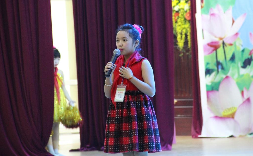 Tiết mục kể chuyện về Bác Hồ của 1 đội viên tham dự Đại hội.