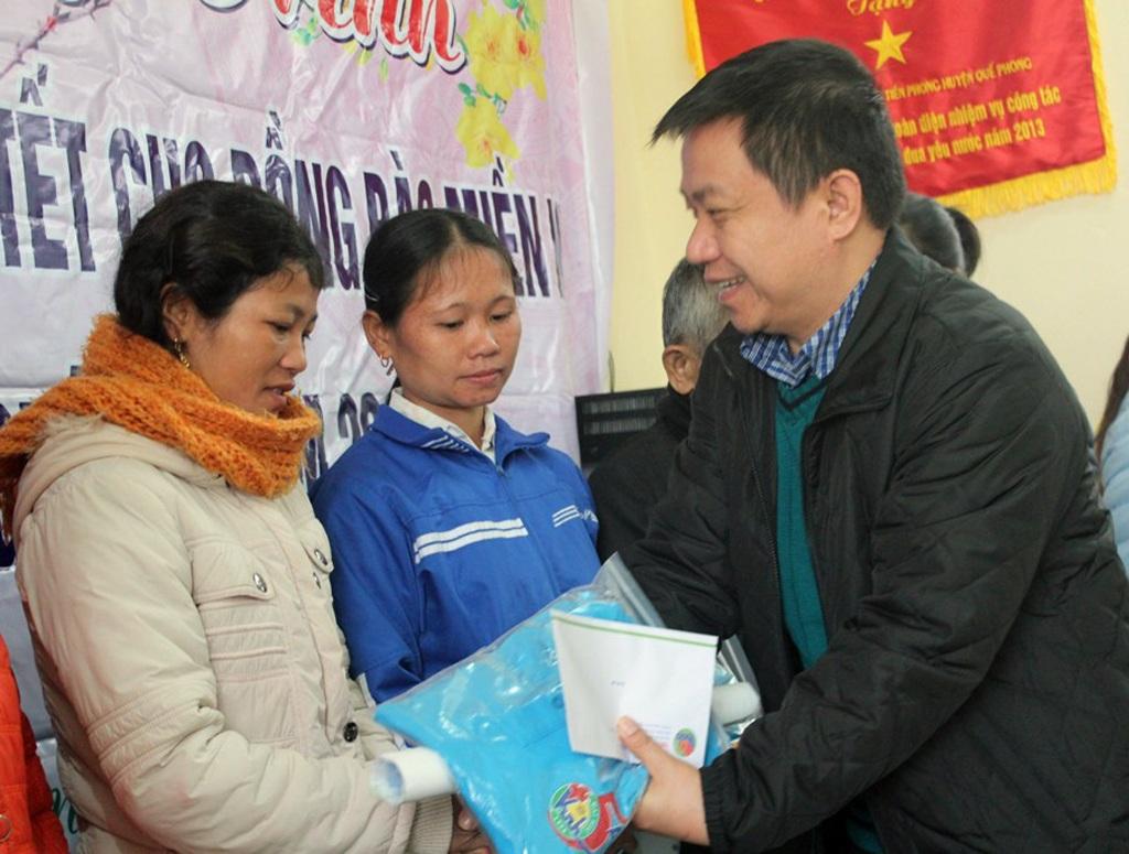 ĐH Vinh: Trao hơn 100 triệu tiền quà tết tới hộ nghèo huyện miền núi Nghệ An