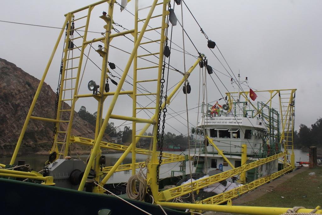 Đây là chiếc tàu chụp mực vỏ sắt đầu tiên của ngư dân Nghệ An vươn khơi.