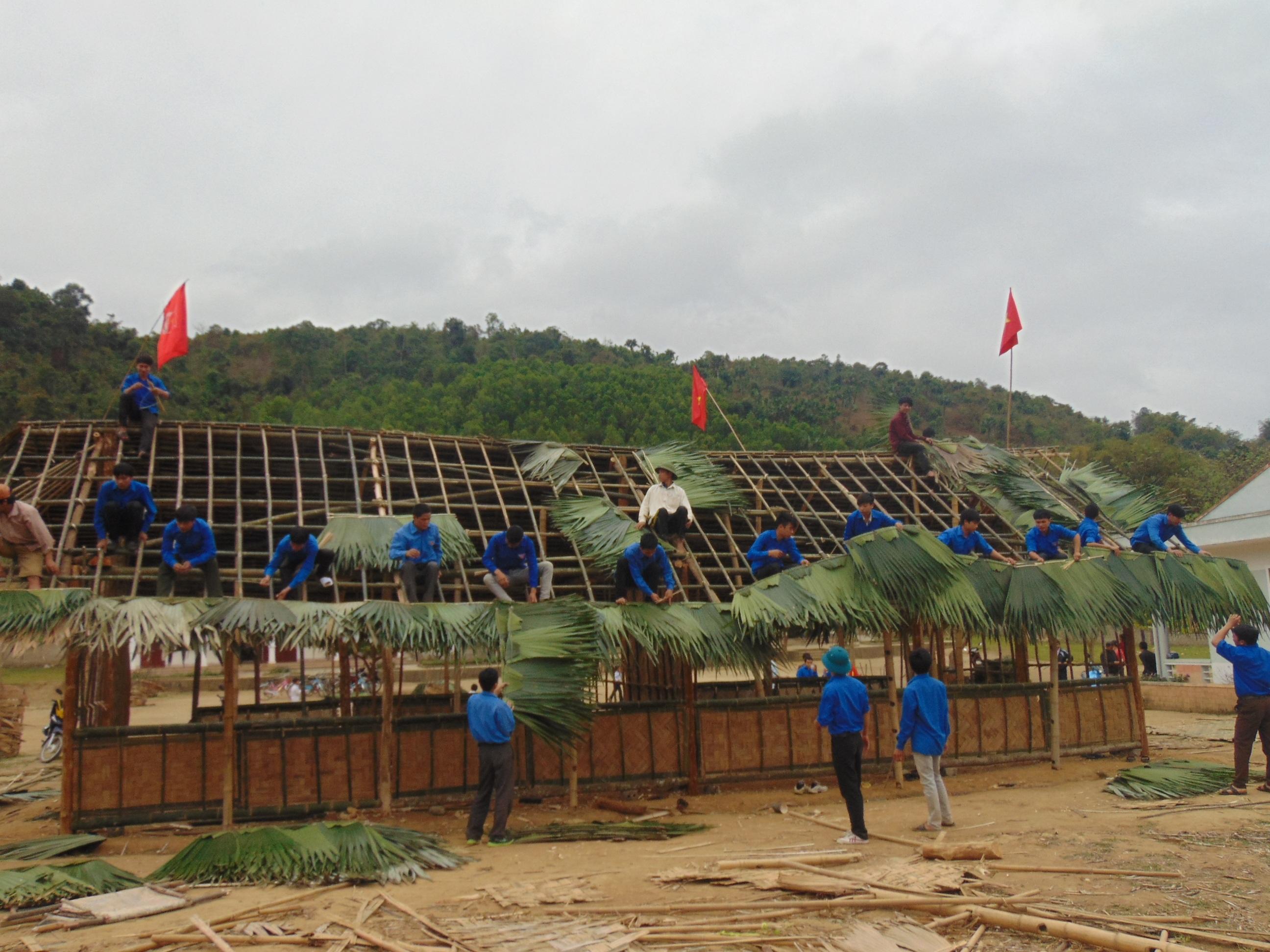 Đoàn thanh niên huyện biên giới Quế Phong lợp lại nhà bị lốc đánh sập.