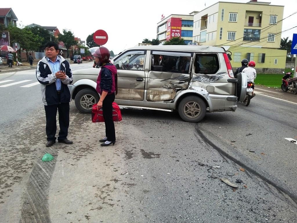 Chiếc xe bẹp dúm bên sườn nhưng rất may những người ngồi trên xe không bị thương.