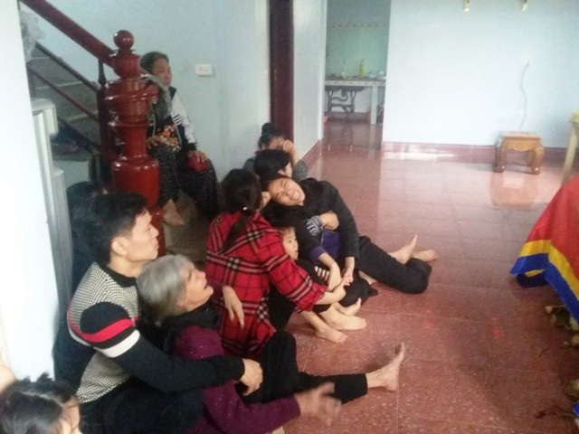Người thân gia đình nạn nhân Lâm Hữu Chính khóc trong nỗi đau quá lớn