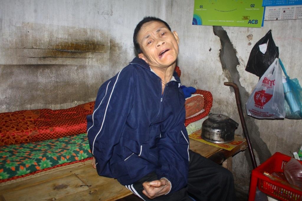 Bố mẹ mất, ông sống nhờ vào nhà em gái.