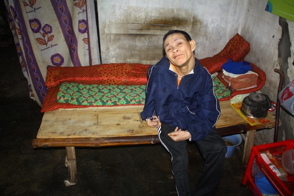 Ông sống trong nhà em gái cũng chỉ có chiếc giường bằng chõng tre để nằm tạm.
