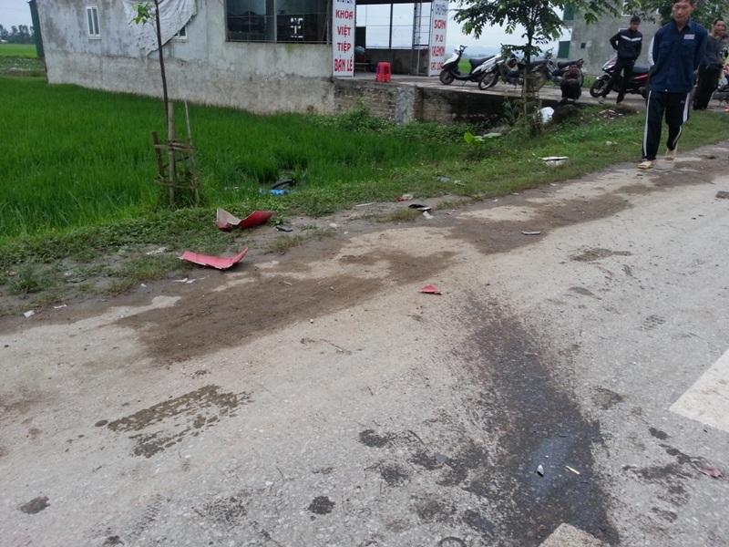 Chiếc xe máy bị hư hỏng văng ra nhiều mảnh sau khi bị ô tô đâm phải.