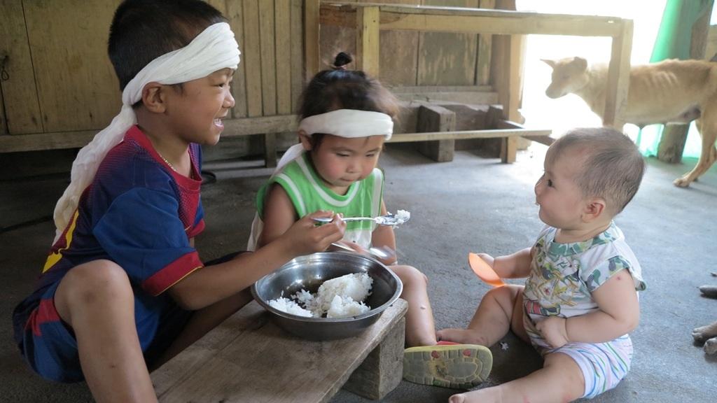Cảnh sống lay lắt của 3 đứa trẻ sớm mồ côi cha