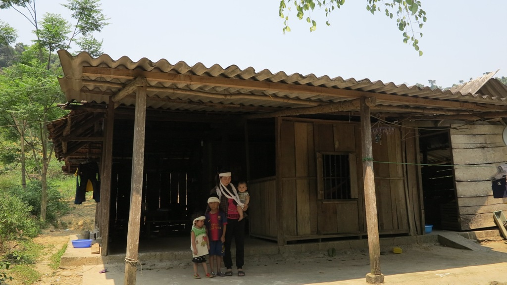 Bên căn nhà tạm nơi sườn núi chị Nhung cùng các con đang phải sống lay lắt qua ngày.