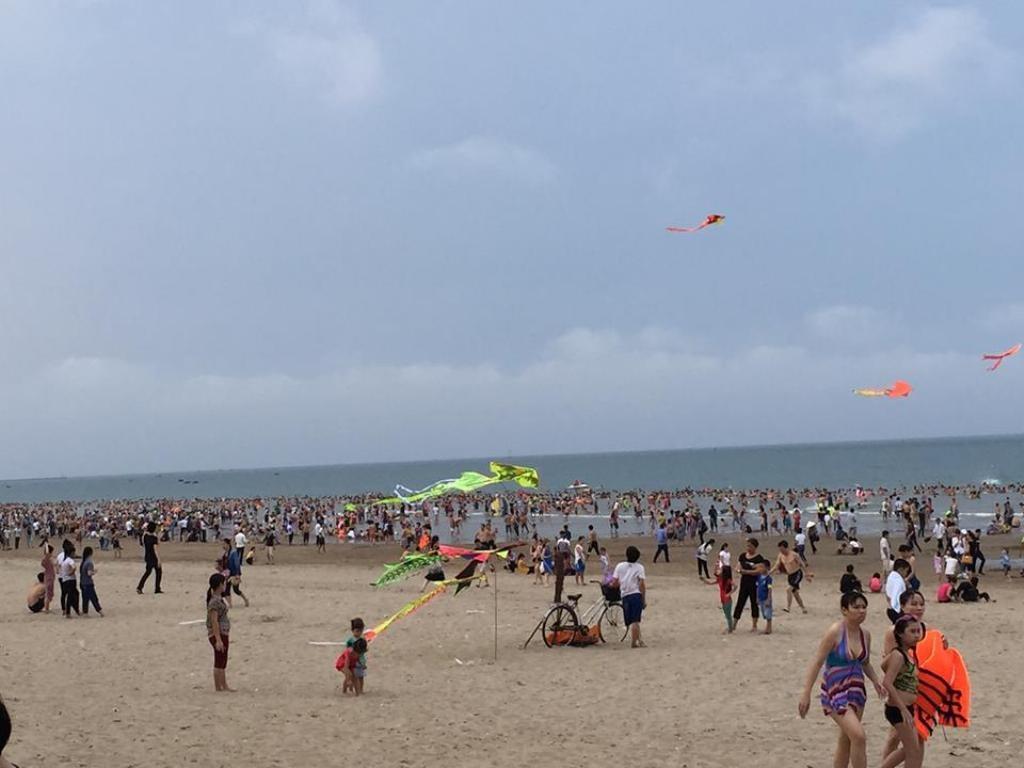 Trong những ngày nghỉ lễ đầu tiên bãi biển Cửa Lò luôn chật cứng khách du lich bốn phương