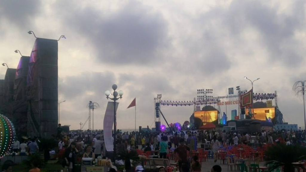 Khu vực quảng trường Bình Minh cũng chật cứng khách.