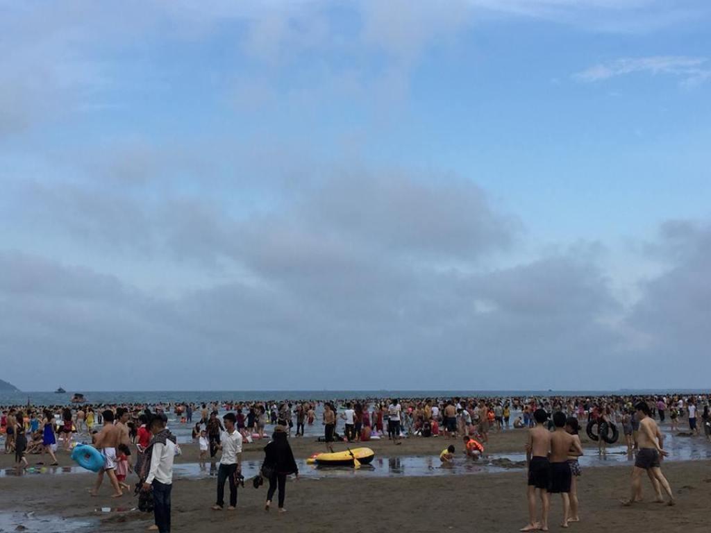 Trời về chiều muộn nhưng trên bãi biển hàng vạn khách du lịch vẫn say sưa trong dòng nước mát.