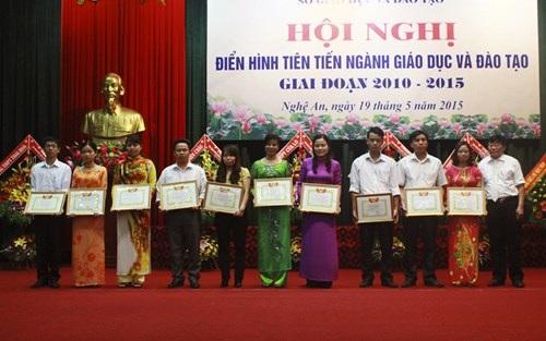 Bà Nguyễn Thị Kim Chi - GĐ Sở GD-ĐT Nghệ An trao bằng khen cho đại biểu điển hình tiên tiến