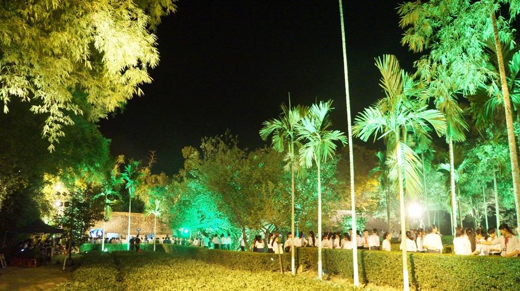Người dân xếp hàng vào thăm và thắp hương tại Cụm di tích Hoàng Trù