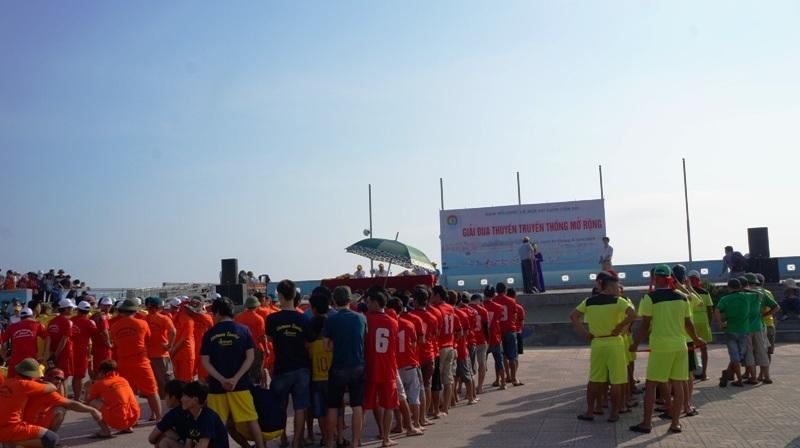 Các đội dự thi được phổ biến quy chế trước khi vào cuộc đua thuyền trên biển.