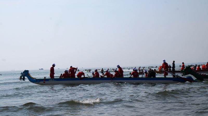 Các đội đưa thuyền ra khu vực xuất phát.