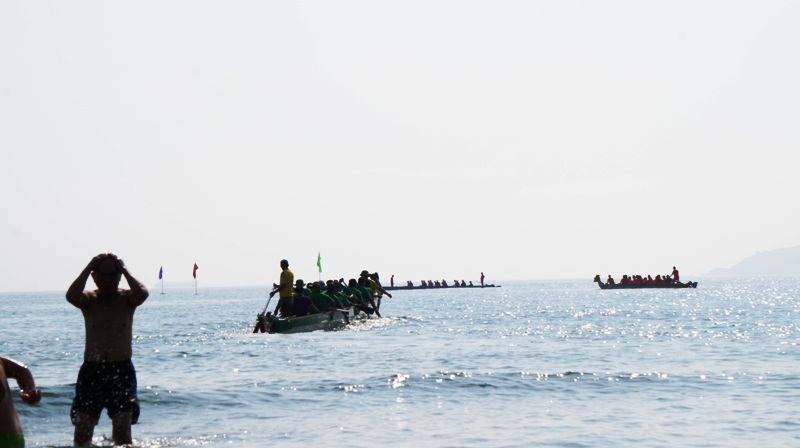 Điểm xuất phát cách bờ biển khoảng 200m, có độ sâu 3-5m.