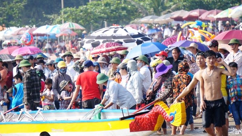 Hàng ngàn người dân chen chân cổ vũ cho giải đua thuyền truyền thống du lịch biển Cửa Lò 2015.