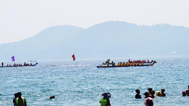 Cuộc đua thuyền truyền thống gây cấn từng phút trên sóng biển nhấp nhô.