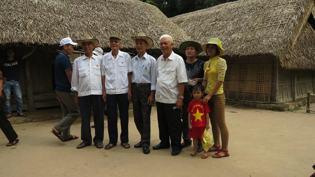 Những du khách chụp ảnh kỷ niệm khi được tới Làng Sen dịp này.