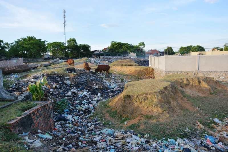 Bãi rác nằm cạnh bãi tha ma mà ở đây hàng ngày người dân xóm 13 luôn phải gánh chịu.