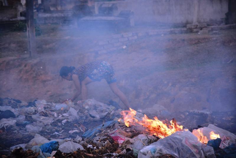 Để đỡ bớt ô nhiễm, người dân xóm 13 tự mình ra đốt rác.