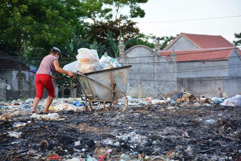 Để tránh mùi xú uế, người dân tự dọn dẹp, sắp rác vào một khu vực khác.