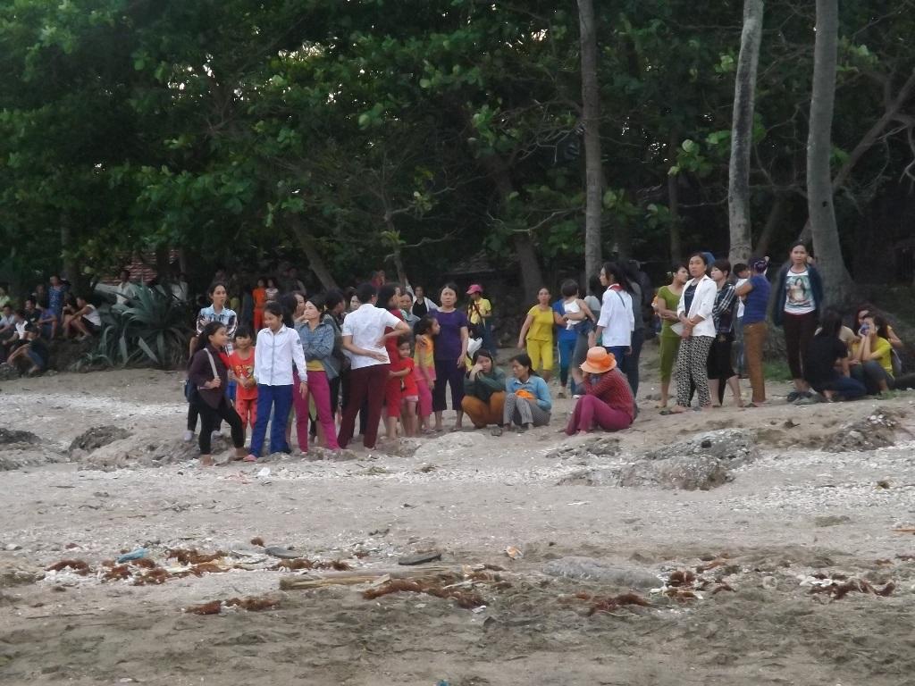 Người thân đau đớn đợi tin các con trên bãi biển