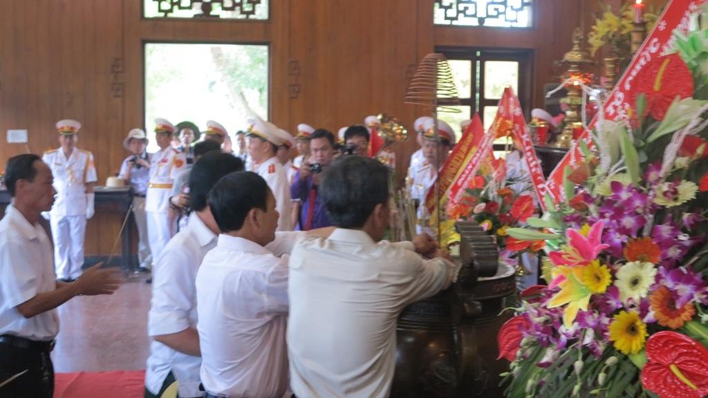 Dâng nén hương thành kính lên anh linh Bác trong nhân dịp kỷ niệm ngày sinh của Người.