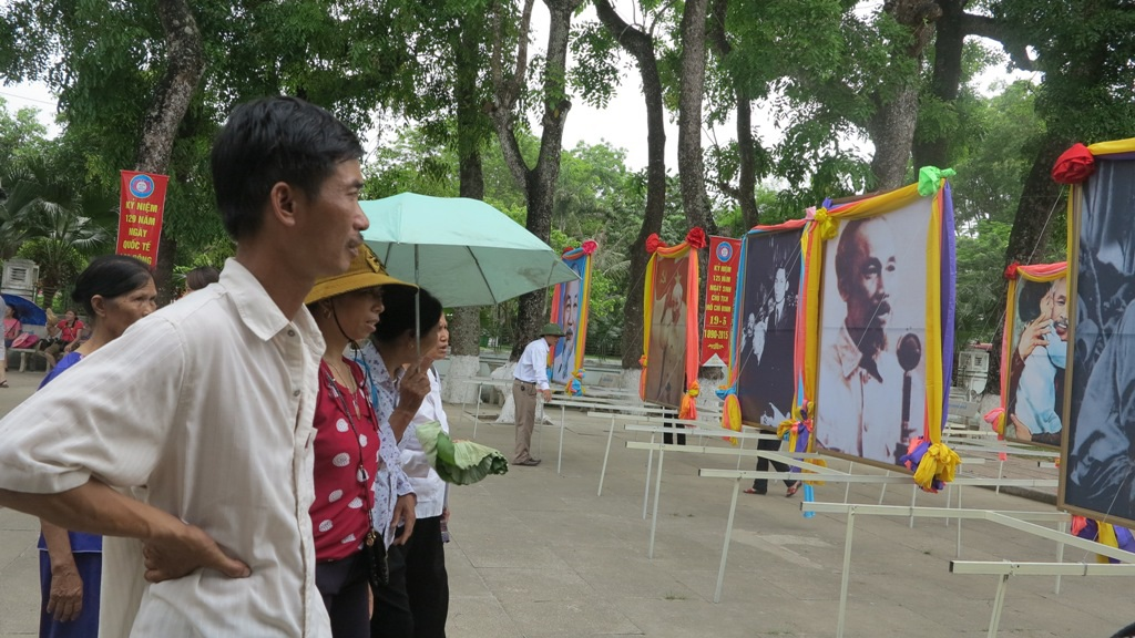 Những bức ảnh của Bác thu hút sự chú ý của nhiều du khách thập phương.
