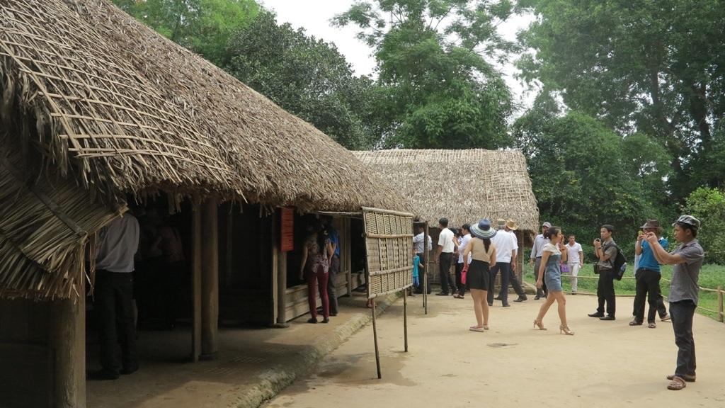 Một số du khách trong lần đầu được đến thăm nơi ở lúc sinh thời của Bác.