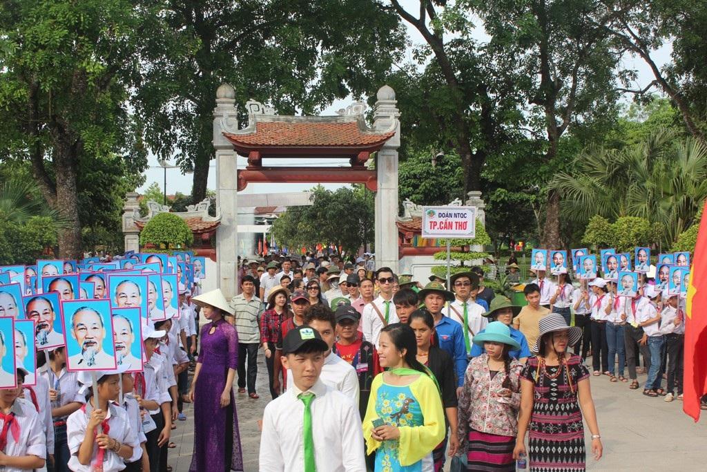 Đoàn rước về đến khu nhà tưởngniệm Bác tại di tích Kim Liên.
