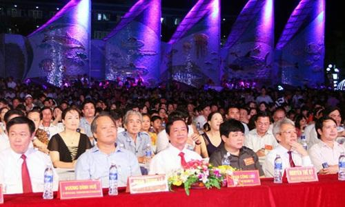 Các đại biểu tham dự lễ khai mạc Lễ hội du lịch Cửa Lò 2015.