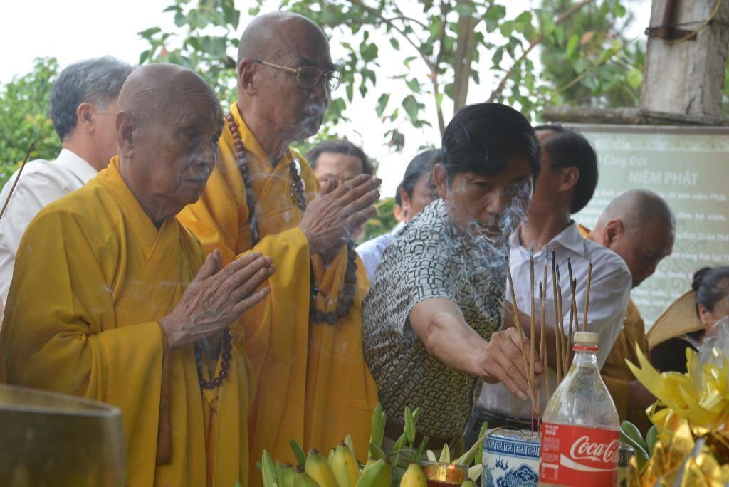 Thành kính dâng hương lên đức Phật.