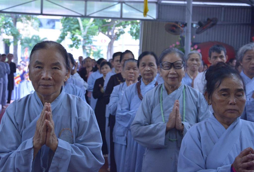 Hàng ngàn tăng ni, phật tử ở Nghệ An và các tỉnh khác tham dự buổi lễ.