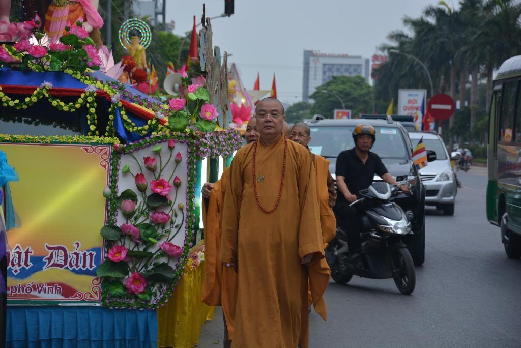 Diễu hành xe hoa là một trong những hoạt động đặc sắc của Lễ hội.