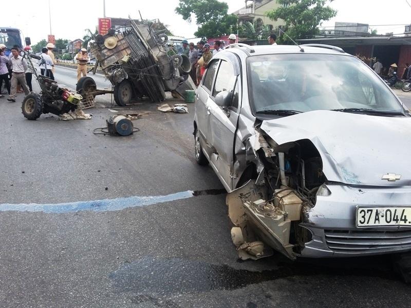 Chiếc xe con bị xe công nông đâm hư hỏng nặng.