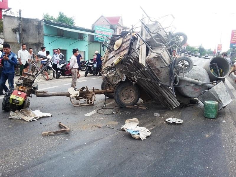 Hiện trường chiếc xe công nông sau khi đâm xe con hư hỏng rồi gãy nát.