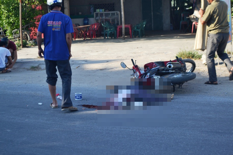 Hiện trường vụ tai nạn làm cụ ông 80 tuổi chết tại chỗ sau khi bị xe hổ vồ đâm phải.