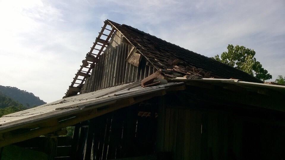 Nhiều mái nhà bị tốc và hư hỏng nặng.