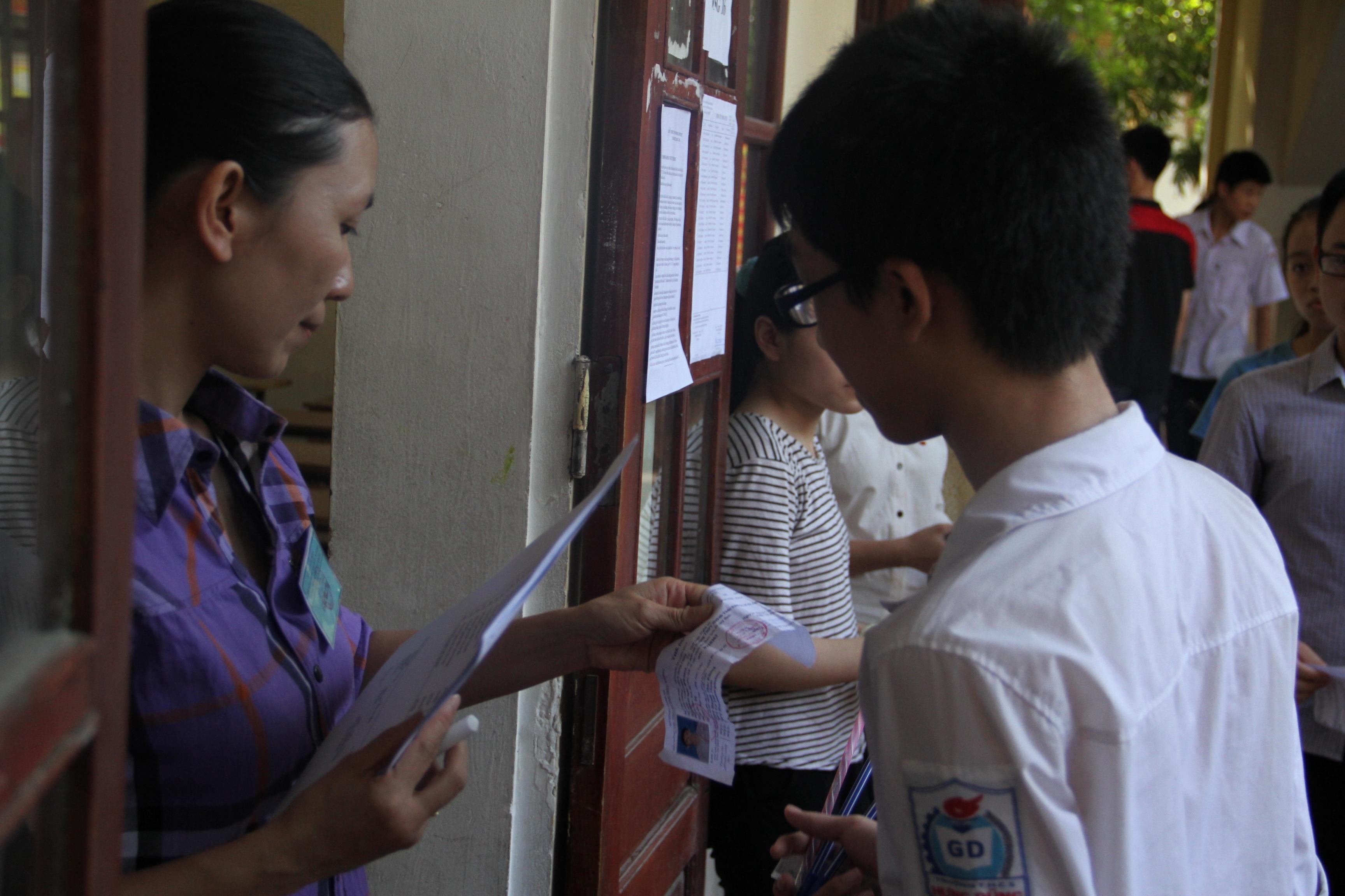 Cán bộ coi thi điểm danh các thí sinh trước khi bước vào phòng thi.