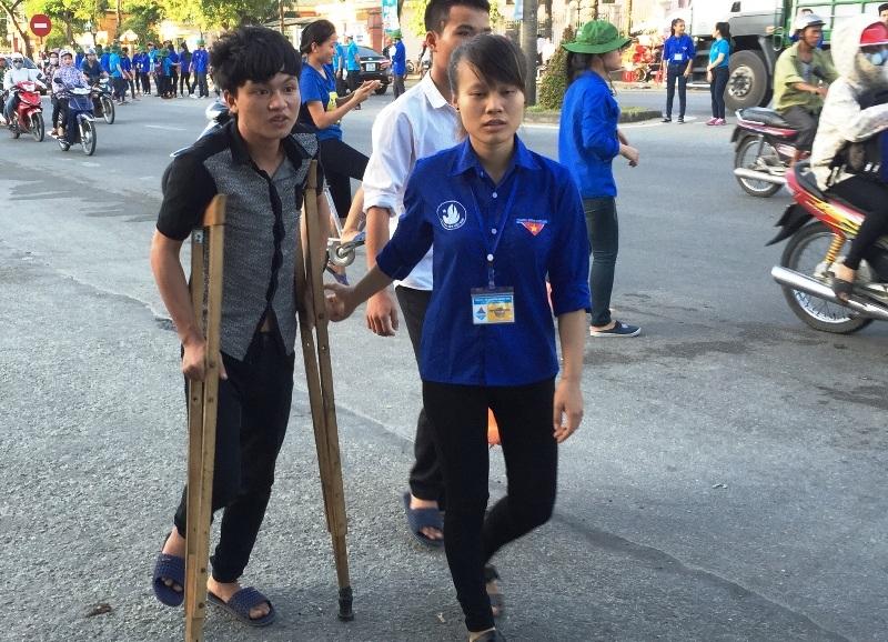 Tuấn được các sinh viên tình nguyện giúp đỡ, tư vấn sau khi đặt chân đến thành phố Vinh.