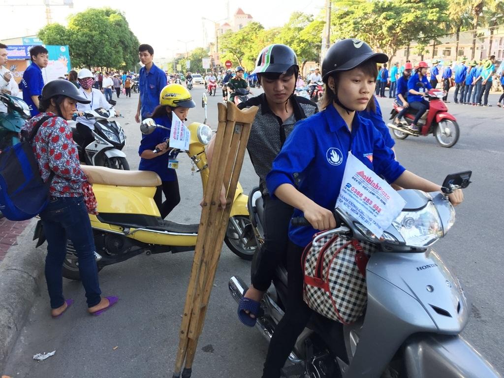 SVTN dùng xe máy trong đội xe ôm miễn phí chở Tuấn về nhà trọ.