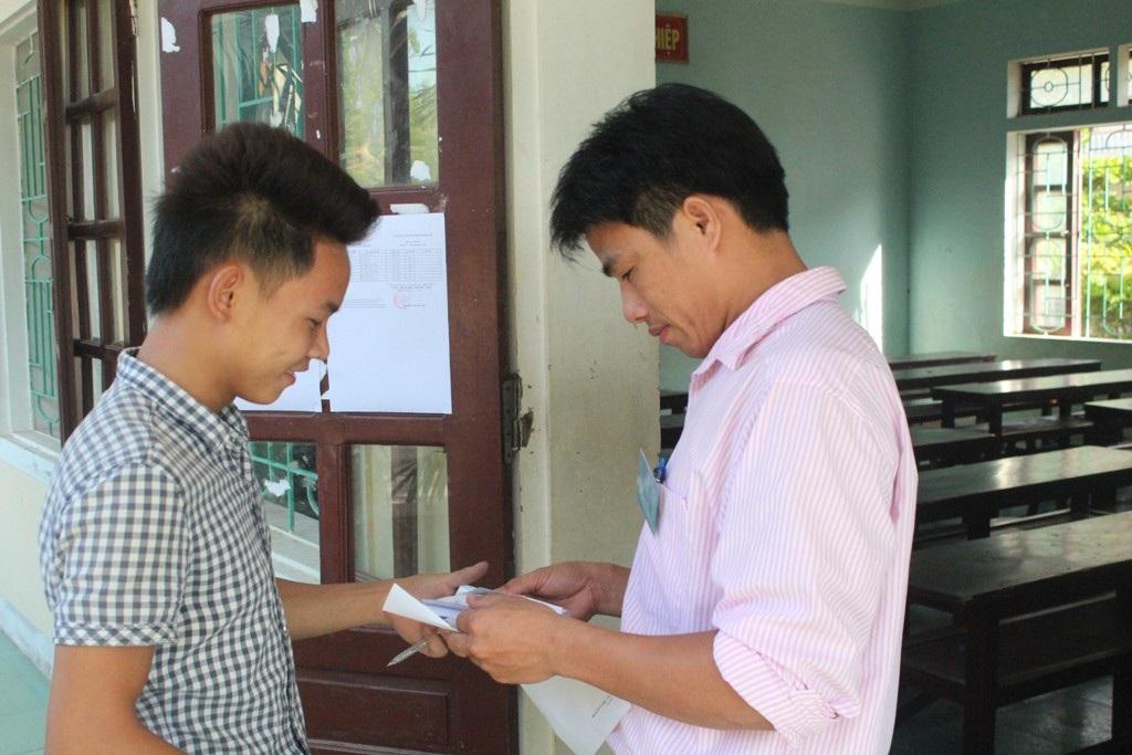 Thí sinh Phạm Xuân Hải làm thủ tục vào phòng thi.