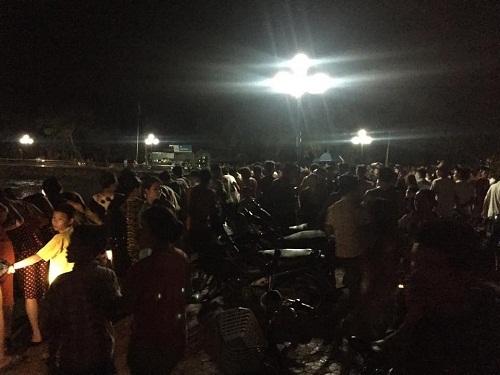 Rất đông người dân TX Thái Hoà kéo đến xem sự việc xảy ra trong đêm qua 24/6 (Ảnh: N.T).