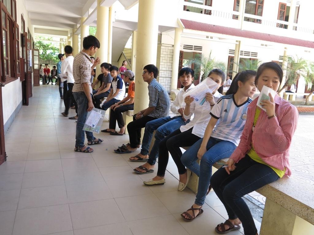 Các thí sinh đợi chờ trước phòng thi chờ đến giờ làm bài.