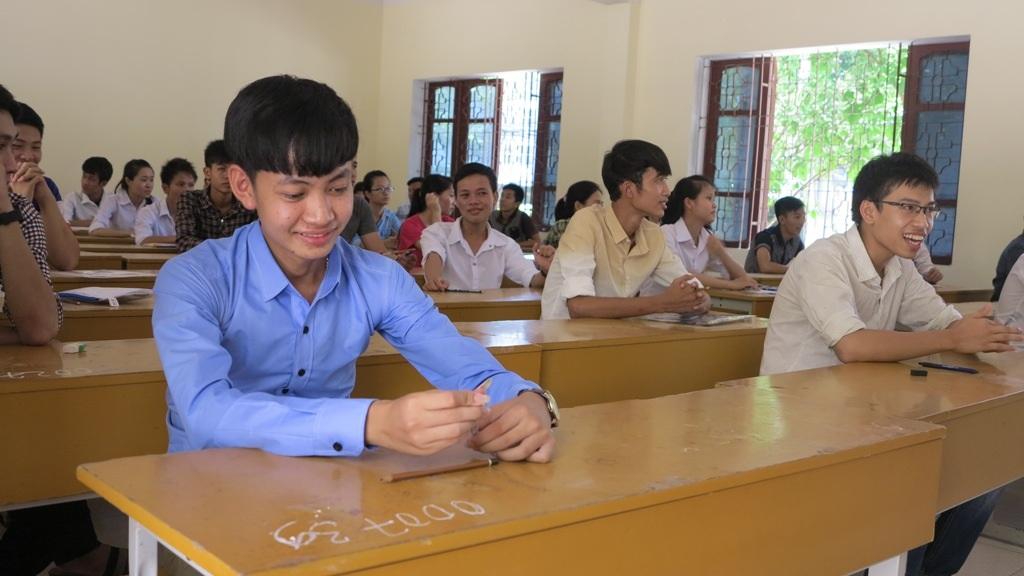 Thí sinh tại điểm thi trường Đại học Vinh trước giờ phát đề thi môn Ngoại ngữ.